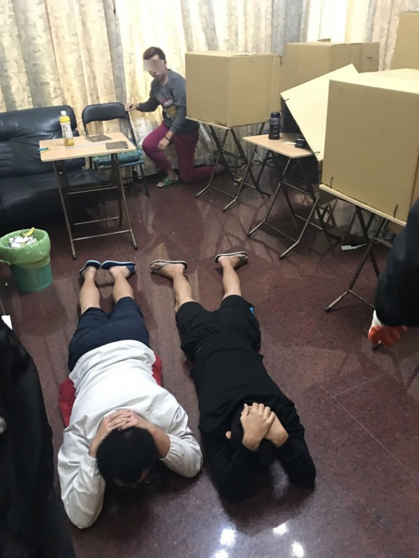 新竹市警方經蒐證,今天直搗該詐騙機房,包含杜男在內逮捕共15名成員。(記者王駿杰翻攝)