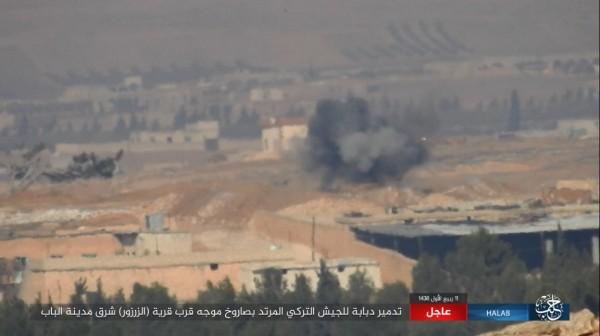 豹2坦克被擊毀後冒出濃煙。(圖擷自敘利亞HALAB電視台Twitter)