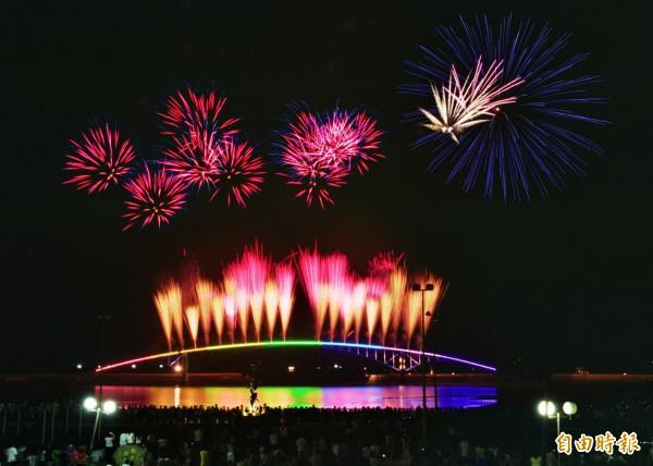 澎湖縣政府今(14日)公布明年「澎湖國際海上花火節」活動時間,將從4月20至6月22日止一共施放19場。(資料照,記者劉禹慶攝)