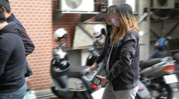 其中一名32歲王姓女成員(右一染髮者),懷胎6個月還與老公窩在機房打詐騙電話,警方移送時小心翼翼,就怕不小心動到胎氣。(記者王駿杰翻攝)