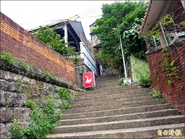 歷史建築淡水日本警官宿舍位於淡水區中正路十二巷內,圖為階梯尚未有彩繪時候樣貌。(記者李雅雯攝)