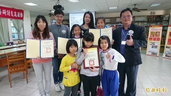 新進國小校長黃耿鐘(右一)和奪雙冠的微電影團隊。(記者楊金城攝)
