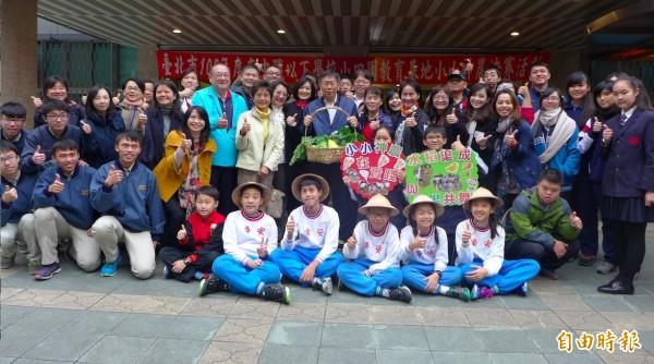 「小小神農在我家」決賽頒獎活動,參賽師生與台北市長柯文哲合影。(記者聶瑋齡攝)