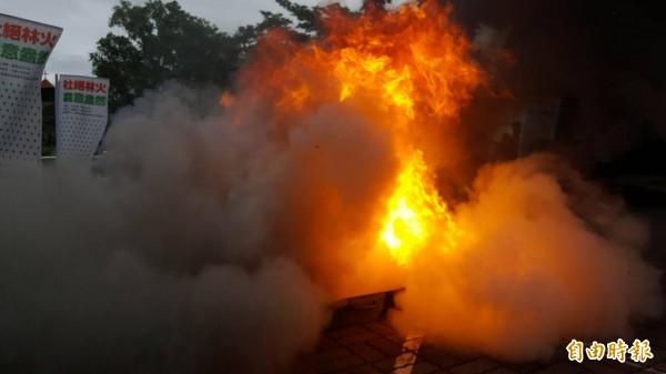 林管處關山工作站的防火演練,熊熊大火一度引起路過民眾驚恐。(記者王秀亭攝)