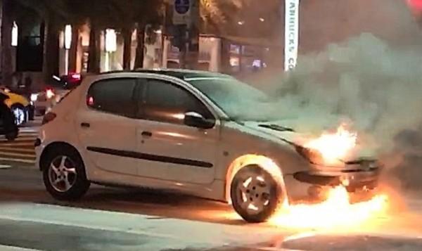 稍早一台白色自小客車,在內湖瑞光路莫名自燃,燒起熊熊火。(記者鄭景議翻攝)