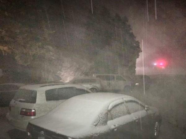 網友在臉書社團貼出友人在武嶺拍到看似下雪照片,網友說那只是下冰霰。(圖擷自合歡山玩雪團臉書社團)