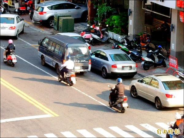 高市前三季的交通違規破百萬件,違停佔第一。(記者葛祐豪攝)