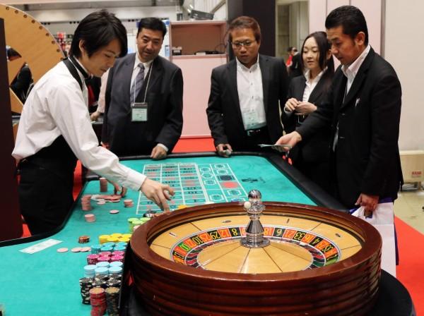 為了振興國內觀光產業,日本眾議院院會今(15)日通過包括建設賭場在內的「綜合渡假村」(IR)法案。(法新社)