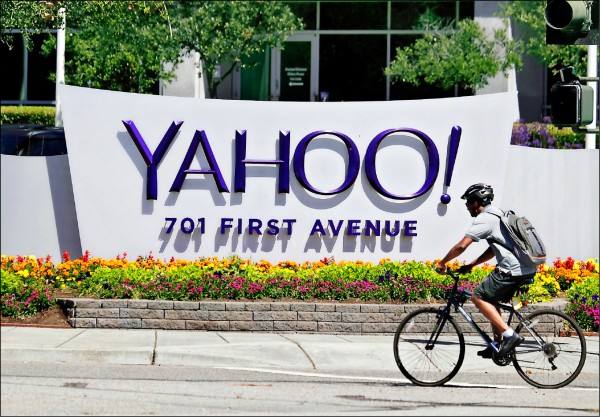美國網路公司雅虎(Yahoo)又爆安全漏洞,該公司3年前遭駭客入侵,竊走超過10億個用戶個資,雅虎9月才公佈2年前另一起入侵事件,造成至少5億用戶受害,這次事件又改寫紀錄,令雅虎相當難堪。 (美聯社檔案照)