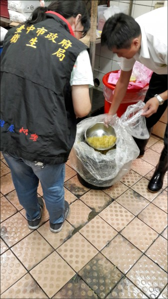 台中鐵路餐廳檢出酸菜二氧化硫超標。(記者蔡淑媛翻攝)