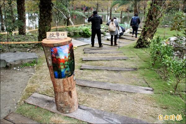 由於遊客太多造成環境負擔,業者在門口放投幣箱。 (記者王錦義攝)