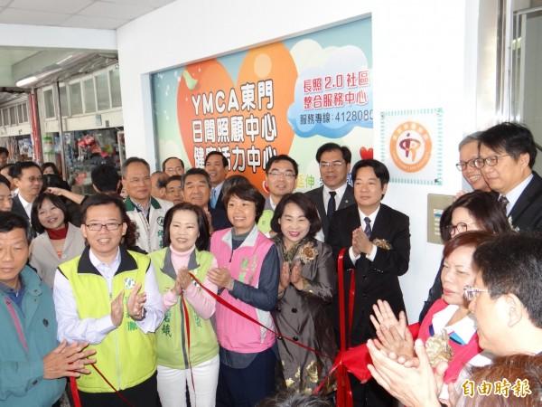南市首家長照2.0旗艦店在YMCA東門日照中心揭牌啟用。(記者王俊忠攝)