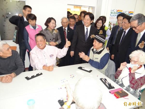 南市長賴清德探訪長輩們玩桌遊,受到長輩熱情歡迎。(記者王俊忠攝)