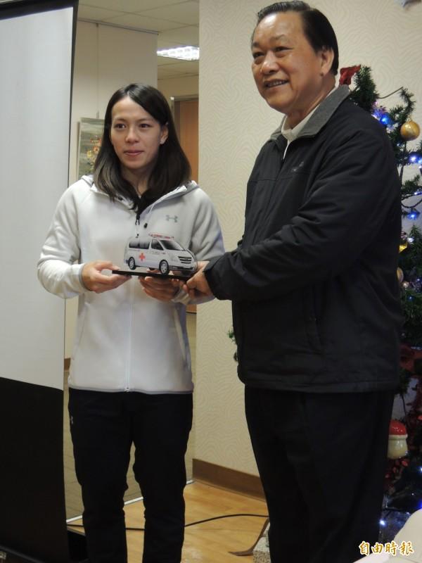 里約奧運舉重銅牌得主郭婞淳(左)今天出席羅東聖母醫院捐車感恩會,右為院方代表楊家門。(記者江志雄攝)