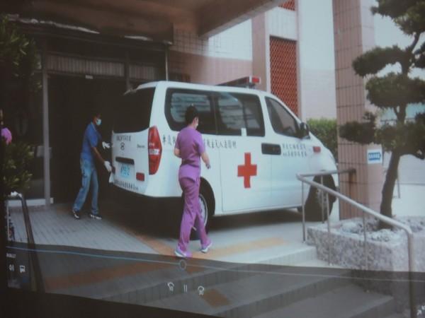 郭婞淳捐給惠民醫院的救護車,已在今年元月上路。(記者江志雄翻攝)