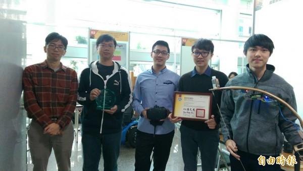 淡江大學電機工程學系團隊開發虛擬實境結合實體弓箭之生存遊戲,抱回全國微電腦應用系統設計創作競賽第一名。(記者蕭玗欣攝)