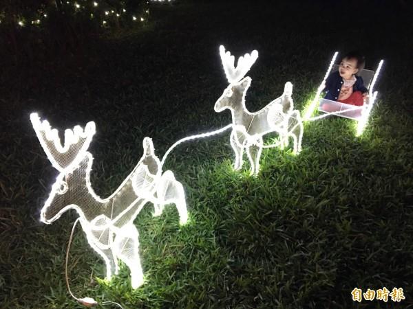 創意霓彩耶誕燈飾,讓小朋友玩的好快樂。(記者詹士弘攝)