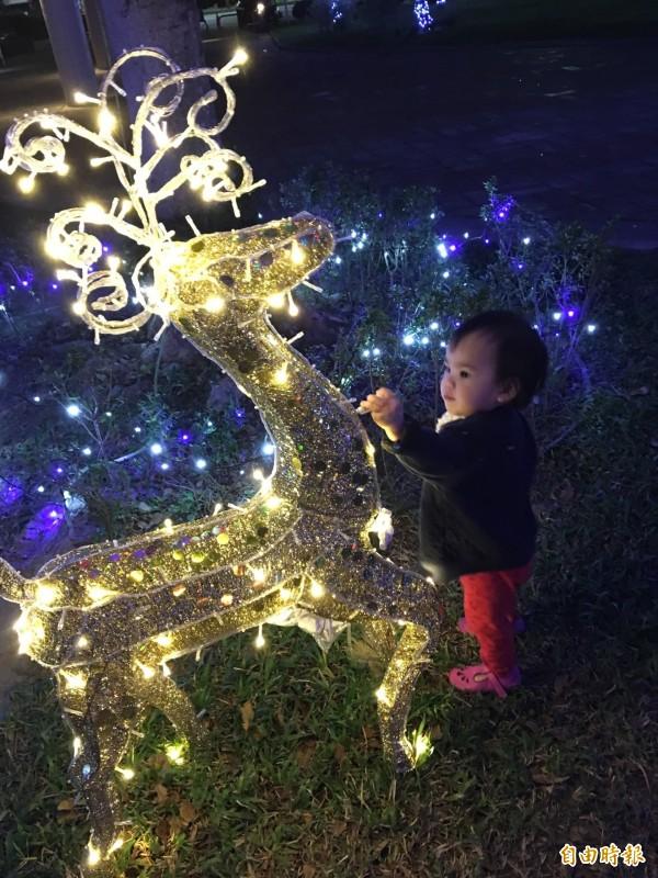 小朋友在耶誕園區,樣樣好奇。(記者詹士弘攝)