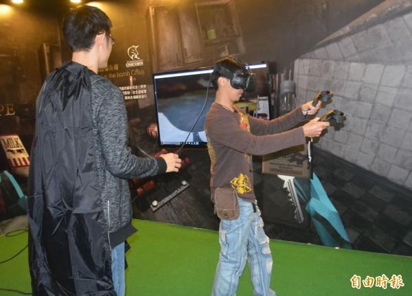 一連6天的台中資訊月今天展開,VR新科技吸引眾多民眾體驗。(記者陳建志攝)