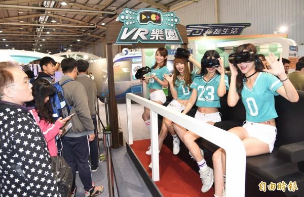 一連6天的台中資訊月今天展開,VR體驗區吸引眾多民眾排隊體驗。(記者陳建志攝)