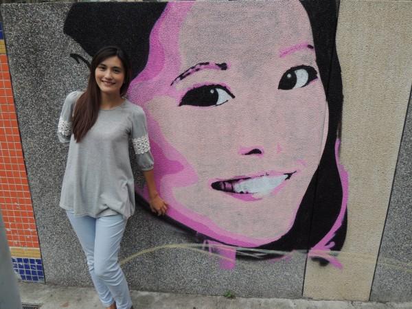 蘆洲區公所在中正路與中山路牆面彩繪上鄧麗君頭像,牆上巨星丰采吸引人上前合照留影。(蘆洲區公所提供)
