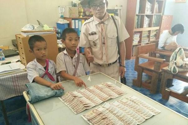 家境清寒的兩名泰國小男孩拾金不昧。(圖擷自曼谷郵報)