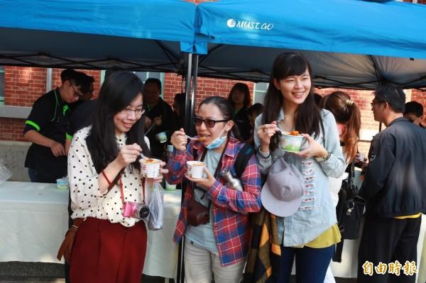 斗南鎮農會在虎尾雲林布袋戲館舉辦台灣牛肉料理免費品嘗,讓人大快朵頤。(記者廖淑玲攝)
