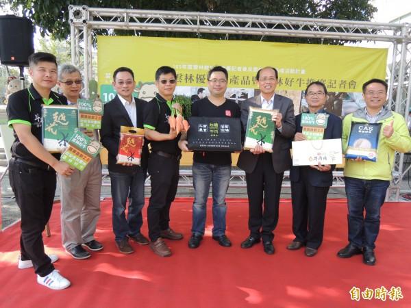 斗南鎮農會在虎尾雲林布袋戲館,大力促銷台灣好牛及農產品。(記者廖淑玲攝)