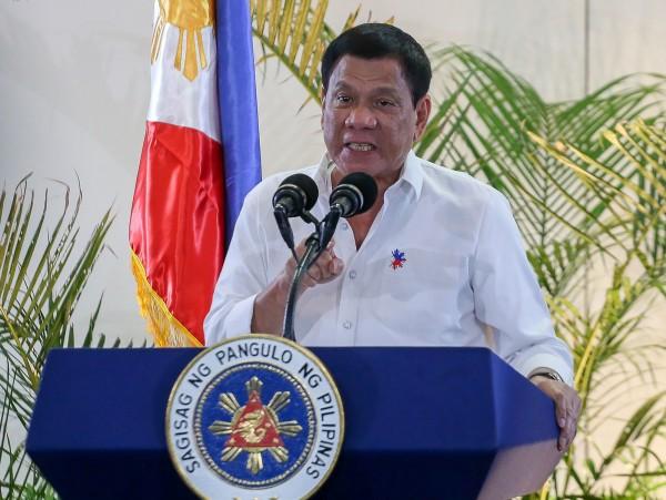 中國近期又在南海爭議水域的多個人工島部署防空和反飛彈武器,杜特蒂於16日在記者會上被問及此事時卻回應,他將擱置南海仲裁的裁定,並怒嗆要讓美軍撤離菲律賓。(法新社)
