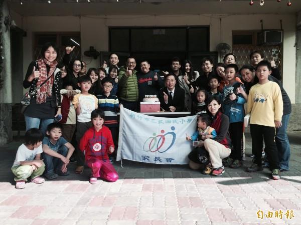 12月是感恩的季節,新竹市三民國小家長會發動全校師生與家長發揮愛心,將所募得的善款和生活物資,親自捐給新竹縣關西鎮的華光智能發展中心,還準備大蛋糕替華光的孩子們慶生。(記者廖雪茹攝)