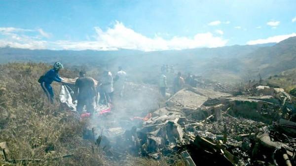 印尼空軍1架運輸機稍早在巴布亞省山區墜毀,機上3名飛行員和10名軍事人員全數罹難。 (圖截自Daily Express)