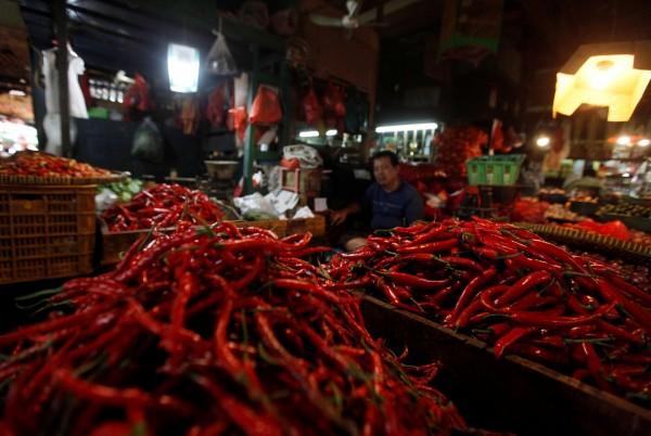 印尼當局逮捕4名中國人,其種植被細菌污染的進口辣椒種子,當地媒體報導後引發廣大討論,有關中國用「辣椒細菌」生化武器的陰謀論在反中情緒的印尼社會中蔓延。圖為印尼市場販售的辣椒。(路透)