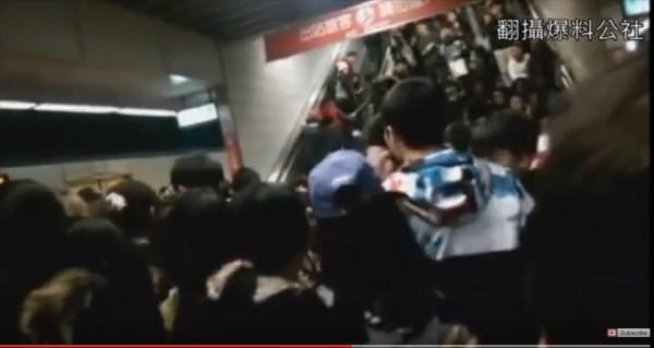 板橋車站月台手扶梯意外,網友拍到驚險畫面,PO上網。(取自《爆料公社》)