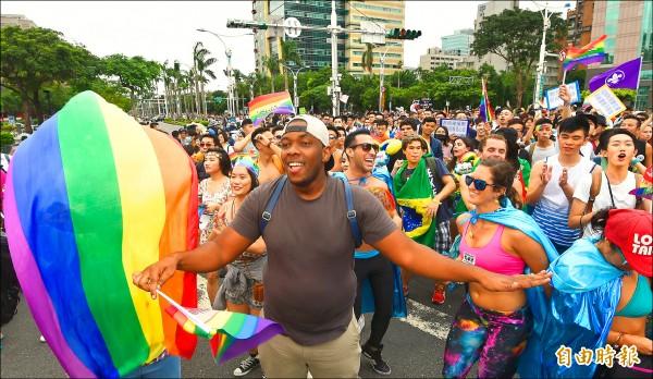 台灣每年同志遊行吸引許多外國人參與。圖為今年遊行盛況。(資料照,記者方賓照攝)