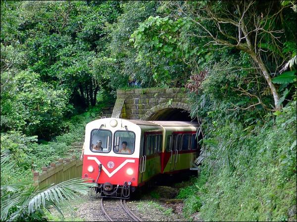 假日奮起湖旅遊人潮多,台鐵列車明年起延長行駛。(台鐵提供)