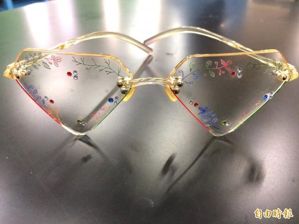 圖為獲「無邊彩繪及設計組金牌的眼鏡。(記者李容萍攝)
