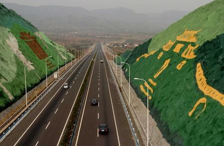 位於中國河南省的鄭少高速公路自2003年完工通車後,卻傳出13年來公路的路燈從沒亮過。(圖截自中國網路)