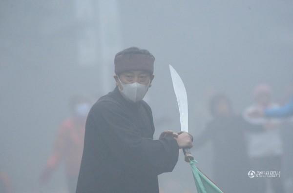 中國練武人不怕霧霾。(圖擷取自騰訊)