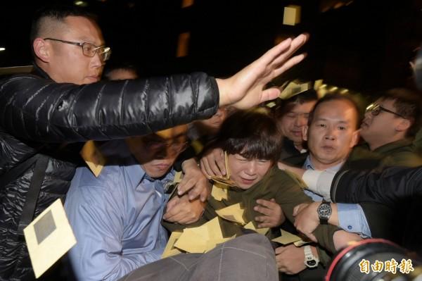 復興航空工會19日包圍興航總公司,董事徐蘭英離開時遭到工會圍堵。