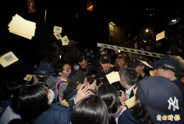 復興航空工會19日包圍興航總公司,董事陳欣德離開時遭到工會圍堵,工會成員撒冥紙抗議。(記者張嘉明攝)