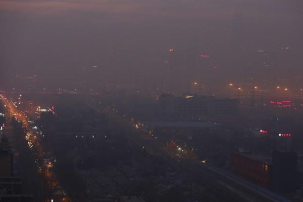 中國霧霾今天更惡化。圖為北京市被濃霧鎖住。(資料照,歐新社)