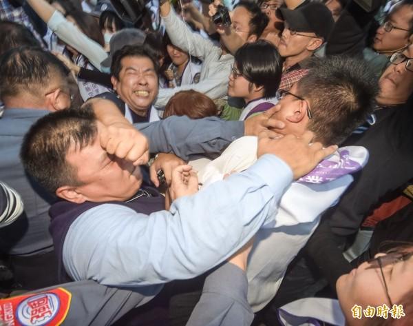 興航工會突強闖興航總公司側門,遭保全阻擋,雙方激烈推擠爆發肢體衝突。(記者黃耀徵攝)
