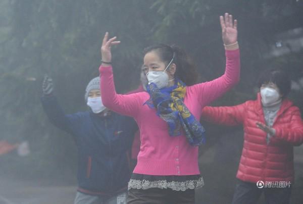中國大媽不畏霧霾。(圖擷取自騰訊)