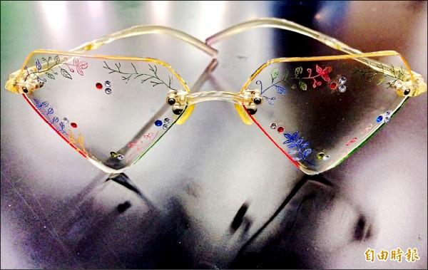 新生醫專視光科學生參加全國眼鏡設計與製作競賽,表現亮眼,圖為三年級徐瑞欣獲得「無邊框彩繪製作」第一名得獎的眼鏡作品。(記者李容萍攝)