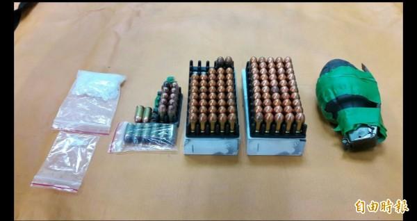 警方在覃男家中起出MK2手榴彈、108發子彈及毒品安非他命。(記者吳昇儒攝)