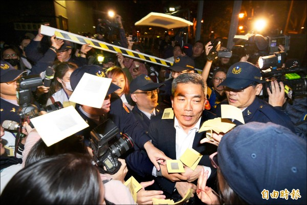 復興航空工會昨日包圍興航總公司,董事陳欣德離開時遭到圍堵,工會成員撒冥紙抗議。(記者張嘉明攝)