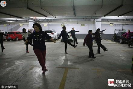 為了對抗嚴重的霧霾,中國民眾在地下室做跳廣場舞。(圖擷取自微博)