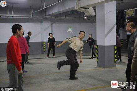 為了對抗嚴重的霧霾,中國民眾在地下室做運動。(圖擷取自微博)
