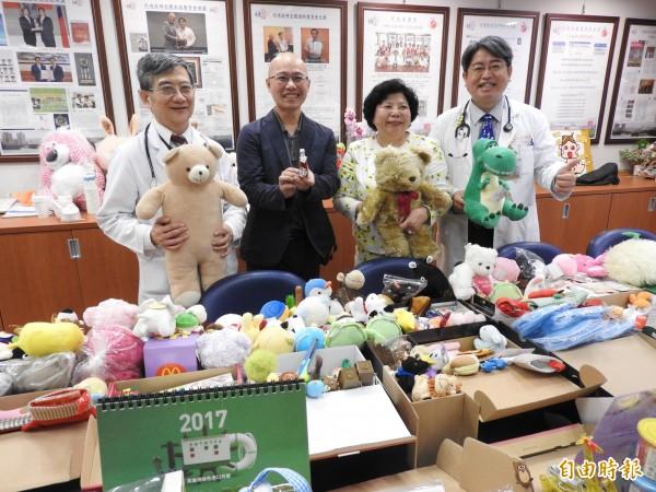 麗文出版社號召25個校園的連鎖書店募集12箱玩具及書籍,今送至高雄長庚給病童。(記者方志賢攝)