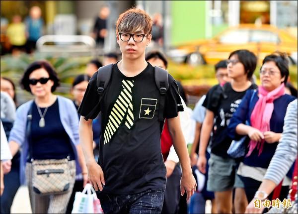 昨全台溫暖,有夏天感覺,台北街頭不少人都穿著短袖。(記者廖振輝攝)。